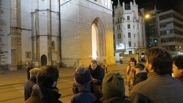 Un dels estudiants explica al professors l'església de St. Jaume
